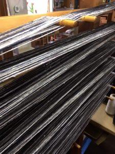 整経枠に並んだ経糸